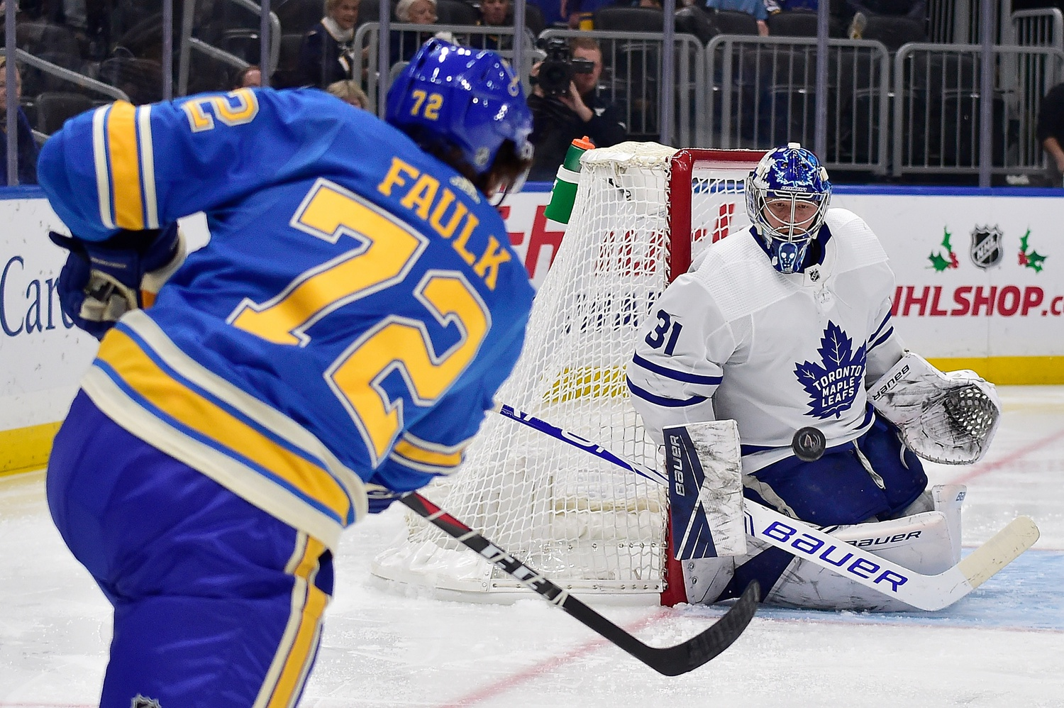 Matthews scores twice to lead Leafs to win against Blues